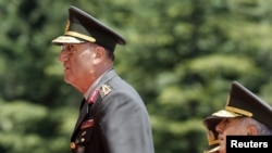 حایری کیوریکوگلو، (چپ) فرمانده جدید نیروی زمینی ارتش ترکیه و بکیر کلیونکو، فرمانده جدید ژاندارمری.