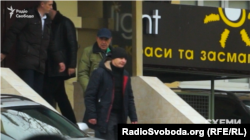 Рабинович выходит из здания, где находится офис Медведчука