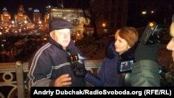 Корреспондент Украинской редакции Азаттыка берет интервью на фоне продолжающихся протестов. Киев, 6 декабря 2013 года.