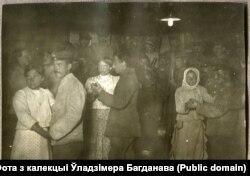 Танцы пад электралямпай у Норкавічах на Пастаўшчыне