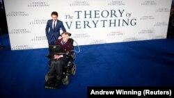 """Исполнитель главной роли Эдди Редмэйн позирует со Стивеном Хоккингом на премьере фильма """"Теория всего"""" в Лондоне. 9 декабря 2014 года."""