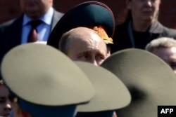 Президент России Владимир Путин на церемонии возложения венков к могиле Неизвестного солдата. Москва, 8 мая 2013 года.