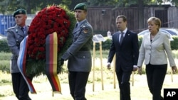 Ресей президенті Дмитрий Медведев пен Германия канцлері Ангела Меркель Ганноверде кездесті. 19 шілде. 2011