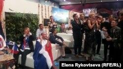 Французская делегация радуется за шведов