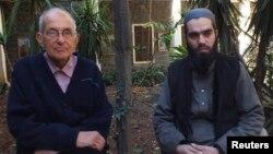 Отец Франс ван дер Люгт (слева) с участником переговоров о положении жителей Хомса, 29 января 2014 г.