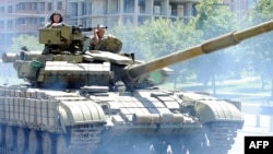 Бойовики «ДНР» їдуть на танку по Донецьку, 21 липня 2014