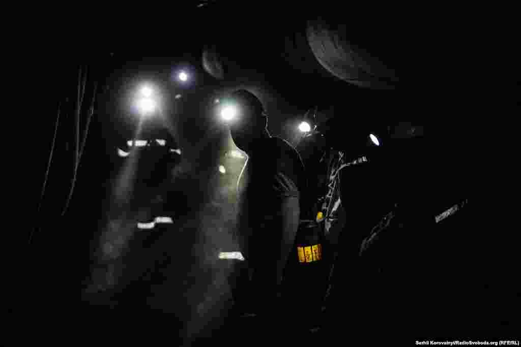 Під землею лише ліхтарі шахтарів та поодинокі прожектори є джерелами світла