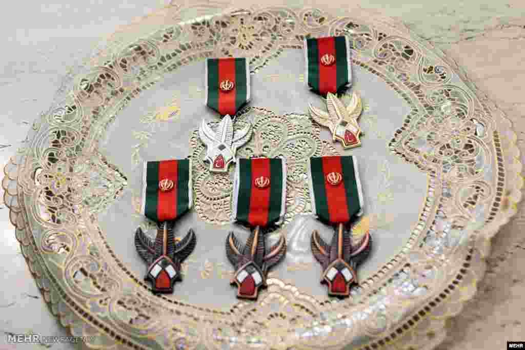 نشانهای فتح اعطا شدهبه فرماندهان نیروی دریایی سپاه پاسداران توسط رهبر جمهوری اسلامی