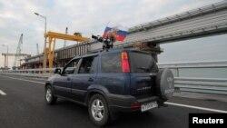 Автомобиль на Керченском мосту
