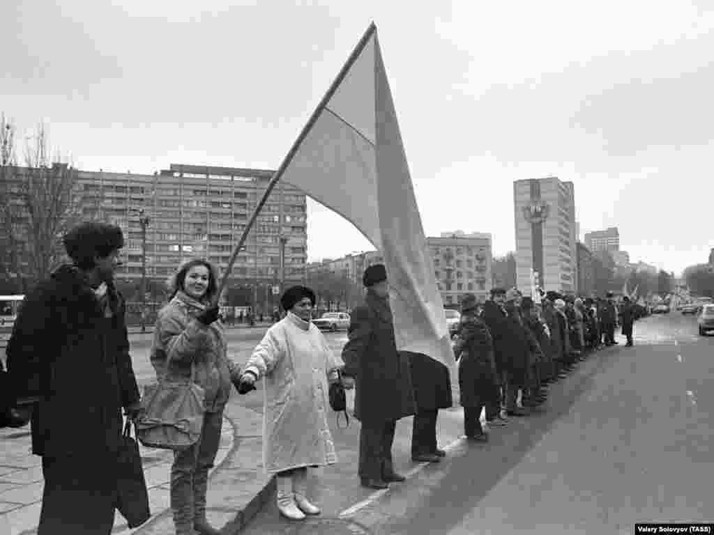 «Живий ланцюг» у Києві.Ця акція – одна із наймасштабніших такого роду у світовій історії