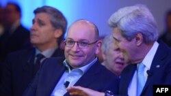 جان کری وزیر خارجه آمریکا، در کنار جیسون رضائیان خبرنگار زندانی در ایران
