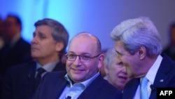 جان کری و جیسون رضائیان در مراسم گشایش دفتر جدید روزنامه واشینگتن پست