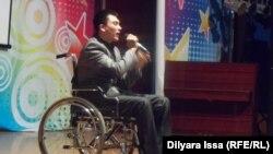 Участник благотворительного концерта в Шымкенте. 8 декабря 2015 года.