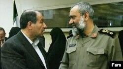 İranın daxili işlər naziri Mustafa Məhəmməd (solda) Bəsiclərin rəhbəri general Məhəmməd Rza Nağdi ilə. Mart 2010
