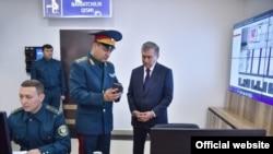 Президент Узбекистана Шавкат Мирзияев в ходе посещения отдела внутренних дел в Юнусабадском районе поручил выделить ГУВД Ташкента, 10 января 2019 года.