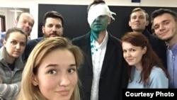 Алексей Навальныйдың (ортада) шабуылдан кейін жақтастарымен бірге түскен суреті. Мәскеу, 27 сәуір 2017 жыл.
