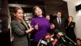"""23 желтоқсанда Ресейде жарияланған рақымшылықпен Pussy Riot панк-тобының мүшелері Надежда Толоконникова (оң жақта) мен Мария Алехина (сол жақта) түрмеден <a href=""""http://www.azattyq.org/content/russia_pussy_riot_press_conference/25214387.html"""" target=""""_blank"""">бостандыққа шықты</a>. Олар Мәскеудегі құтқарушы Ғайса ғибадатханасында президент Владимир Путинге қарсы ән айтқаны үшін 2012 жылы тамызда &quot;бұзақылық жасады&quot; деген айыппен екі жылға сотталған еді."""