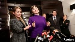 Алма Шалабаева, жена арестованного казахского экс-банкира Мухтара Аблязова, с дочерью Мадиной Аблязовой на пресс-конференции в Риме. 27 декабря 2013 года.