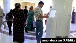 """""""Türkmenhowaýollary"""" kompaniýasynyň Aşgabatdaky edarasyndan bilet satyn almak üçin nobata duran adamlar."""