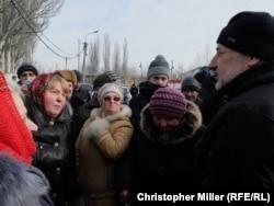 Председатель Донецкой военно-гражданской администрации Павел Жебривский встретился с горожанами в центре гуманитарной помощи в Авдеевке