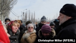 Донецки өлкәсе губернаторы Павло Жебривский Авдеевкадагы һуманитар ярдәм үзәгендә халык белән очраша