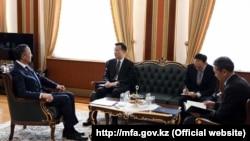 Глава МИД Кайрат Абдрахманов (первый слева) и посол Китая в Казахстане Чжан Сяо (второй слева). Астана, 9 ноября 2018 года.
