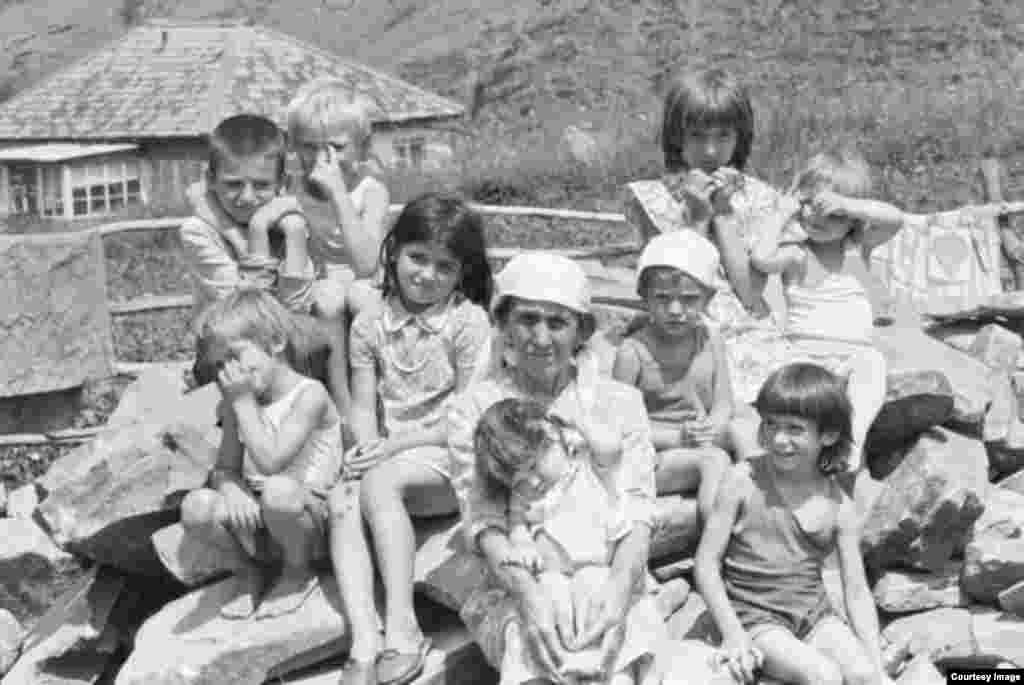Лето в горах Чечни. Дети в селе Тазбичи (Итум-Калинский район) позируют Пальмину.