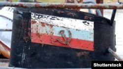 Частина покинутого старого іржавого корабля