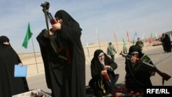 در تهران در مانور گردان های ضد شورش الزهرا گردان هايی که متشکل از زنان بسيجی است و ماموريت آن برخورد با تجمعات و نا آرامی ها است، مشارکت داشتند