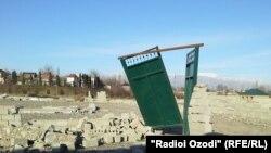 Разрушенные дома в пригороде Душанбе.