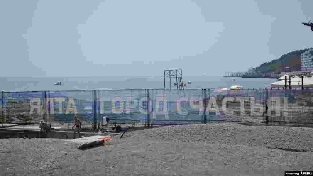 Одна з головних причин, чому Ялта приваблює відпочивальників – це, звісно, Чорне море
