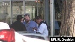 А вдруге, 12 квітня, Едуард Ставицький прийшов до будівлі, де розташований офіс Коломойського, в компанії