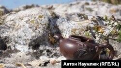 Крим, Мангуп, розбитий чайник, ілюстраційне фото
