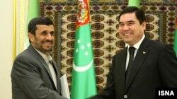 Президенти Ірану і Туркменистану, Махмуд Ахмадінеджад (зліва) та Ґурбанґули Бердімухаммедов під час зустрічі в Ашгабаті, 5 січня 2010 року