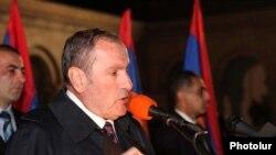 Левон Тер-Петросян выступает на митинге оппозиции. Ереван, 9 ноября 2010 г.