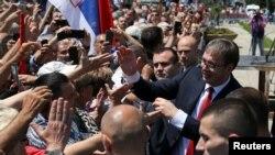 Aleksandar Vučić pozdravlja okupljenje nakon preuzimanja dužnosti predsjednika Srbije.