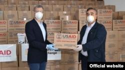 Посол США передает гуманитарную помощь Узбекистану.