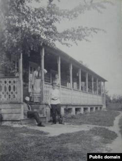 Багушэвіч (у белай шапцы) з роднымі ў Кушлянах. 1899 г.