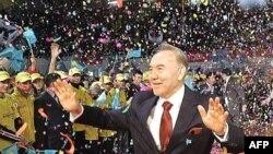 Нурсултан Назарбаев приветствует своих сторонников после победы на выборах президента. Астана, 5 декабря 2005 года.