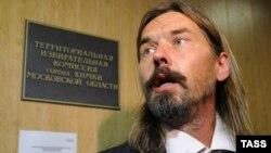 Сергей Троицкий сдает петицию в защиту его кандидатуры в избирком Химок, 13 сентября 2012