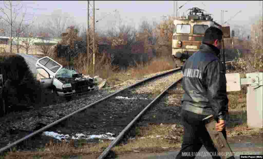 МАКЕДОНИЈА - Полициски службеник загина во железничка сообраќајна несреќа што се случи на железничкиот премин во Маџари во Скопје. Според првичните информации, несреќата се случила кога товарен воз што се движел од граничниот премин Табановце кон Скопје – југ (Железара), удрил во патничко моторно возило Фолксваген Венто, сопственост на Министерството за внатрешни работи, соопшти обвинителството.