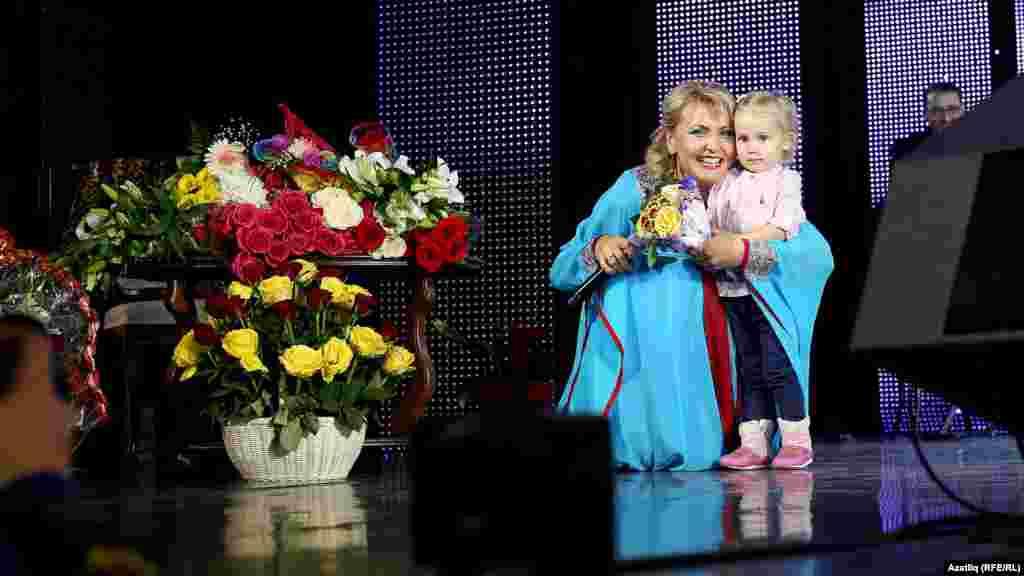 Лилия Муллагалиева телевидение алып баручысы Зөлфәт Зиннуровның кызы Зәлия чәчәк бирде