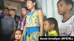 Жена погибшего в Актобе военнослужащего Нурсулу Калиева с детьми в новой квартире. Уральск, 13 июня 2016 года.