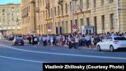 Очередь к избирательному участку в Санкт-Петербурге на белорусских выборах