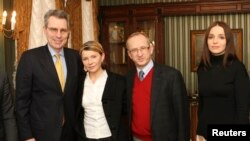 Посол США на Украине Джеффри Пайетт, Юлия Тимошенко, посол ЕС на Украине Ян Томбинский и дочь Тимошенко - Евгения