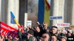 Өкмөттүн кызматтан кетишин талап кылган демонстранттар. Кишинев, 13-январь, 2016-жыл.