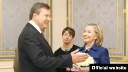 Киев -- Президент Виктор Янукович мамлекеттик катчы Хиллари Клинтонду АКШ Украинанын стратегиялык өнөктөшү бойдон калат деп ишендирди.