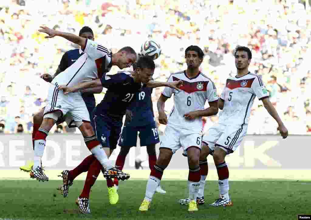 Fransa-Almaniya – 0:1. Benedikt Hoewedes vs. Laurent Koscielny.