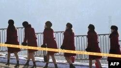Болельщицы из Северной Кореи идут в сторону отеля, где они будут размещены на время Олимпиады в Пхенчхане. 7 февраля 2018 года.