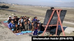 Afghan children attend class outside due to a lack of school facilities in Laghman Province. (file photo)